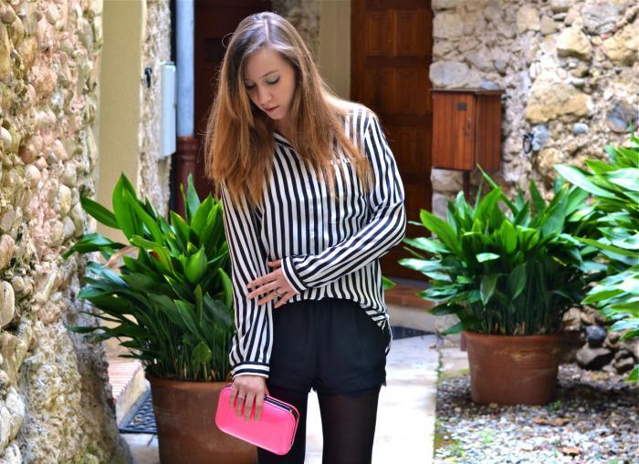 chemise-rayée-femme-short-noir-et-collant-fin