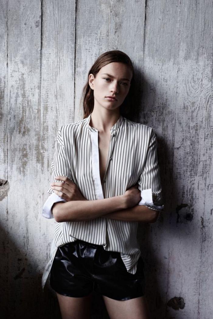 chemise-rayée-femme-un-short-noir-avec-une-chemise-chic-à-rayures-verticlaes