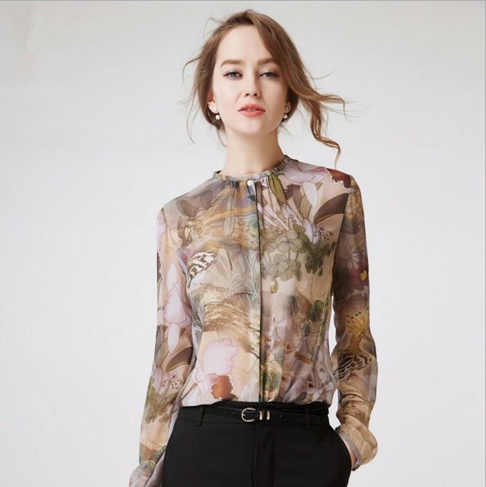 chemisier-fleuri-au-pantalon-noir-avec-ceinture-taille-basse-resized