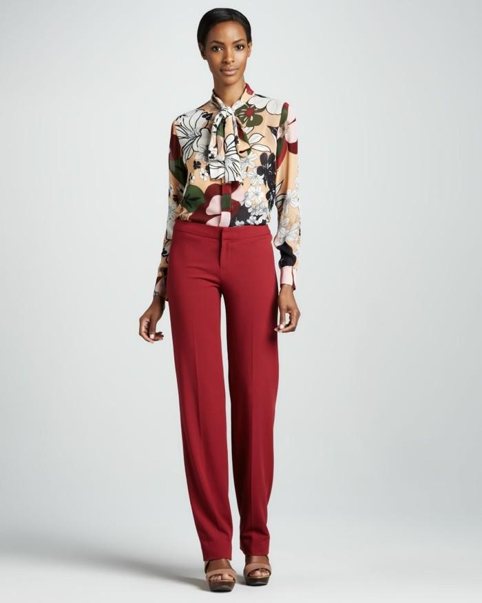 chemisier-fleuri-avec-un-pantalon-couleur-brique-resized