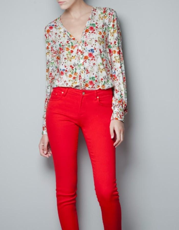 chemisier-fleuri-avec-un-pantalon-rouge-moulant-resized
