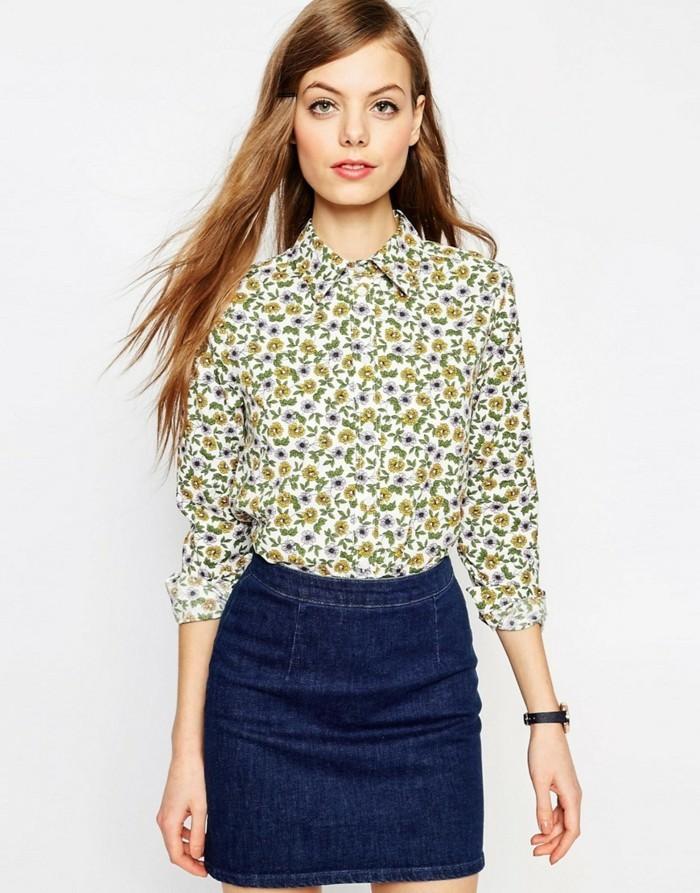 chemisier-fleuri-avec-une-mini-jupe-en-jeans-resized