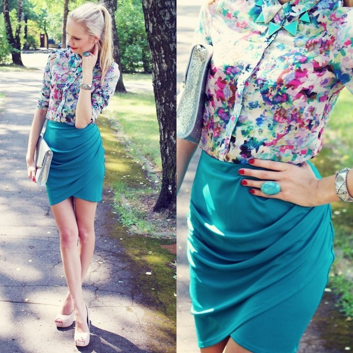 chemisier-fleuri-combinaison-avec-des-bijoux-couleur-turquoise-resized