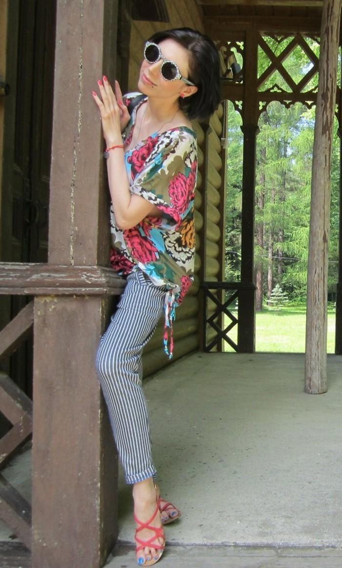 chemisier-fleuri-combinaison-avec-un-pantalon-aux-rayures-fines-resized