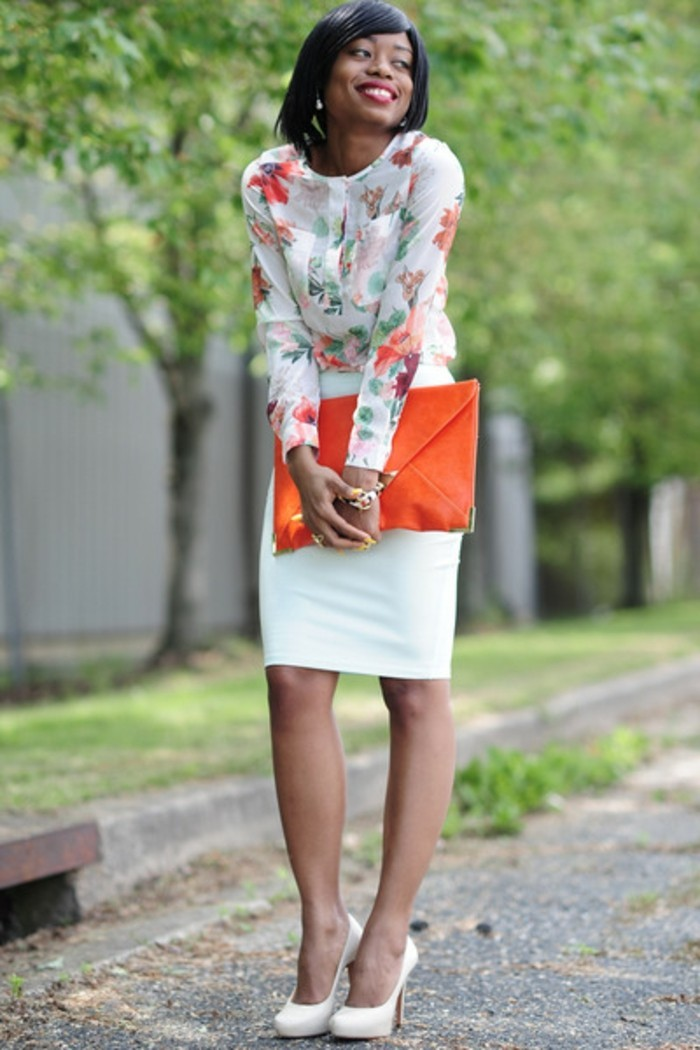 chemisier-fleuri-combinaison-avec-une-jupe-blanche-resized