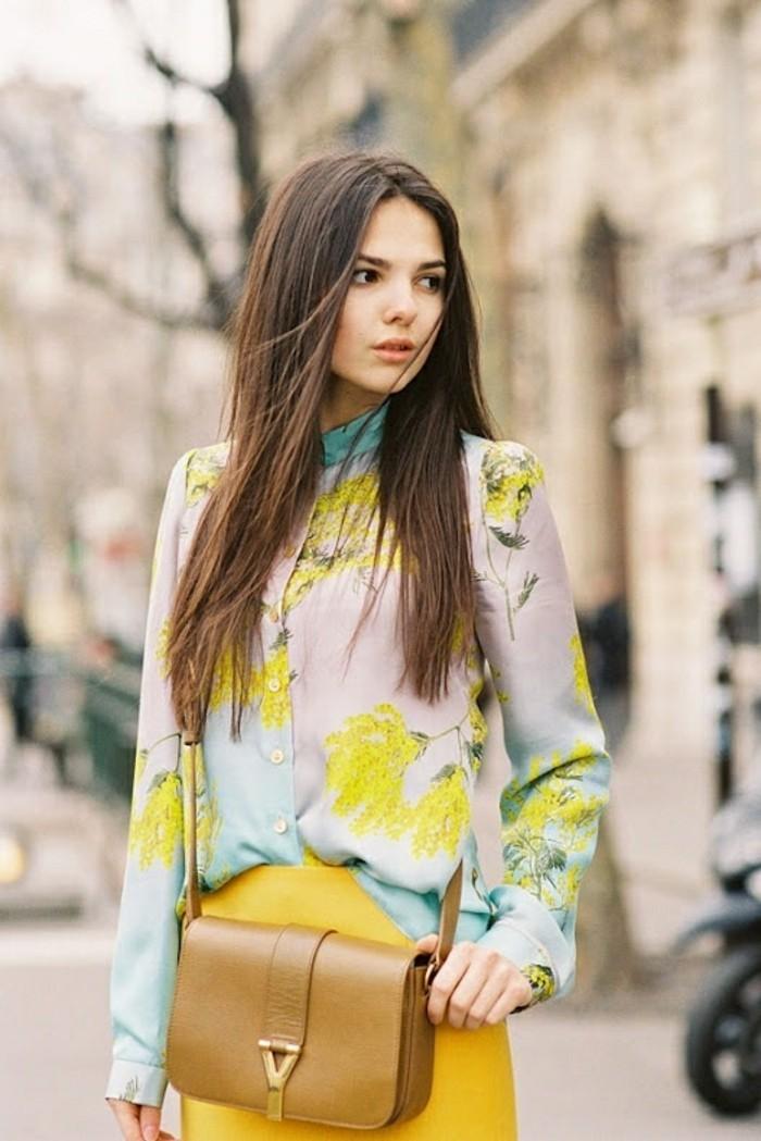 chemisier-fleuri-fond-beige-chic-resized