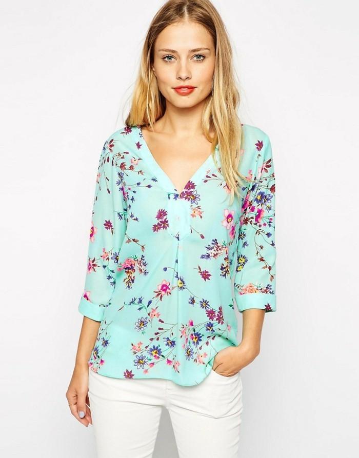 chemisier-fleuri-fond-bleu-clair-avec-un-pantalon-blanc-resized