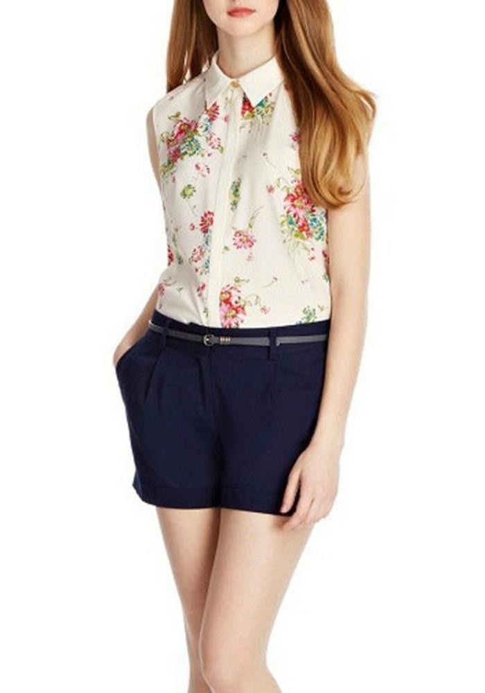 chemisier-fleuri-sur-fond-blanc-avec-un-pantalon-court-pour-l'ete-resized