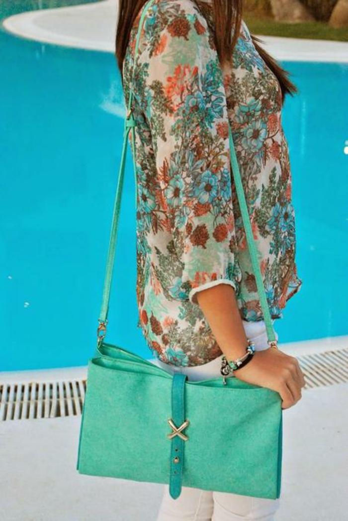 chemisier-fleuri-vert-piscine-assorti-avec-un-petit-sac-resized