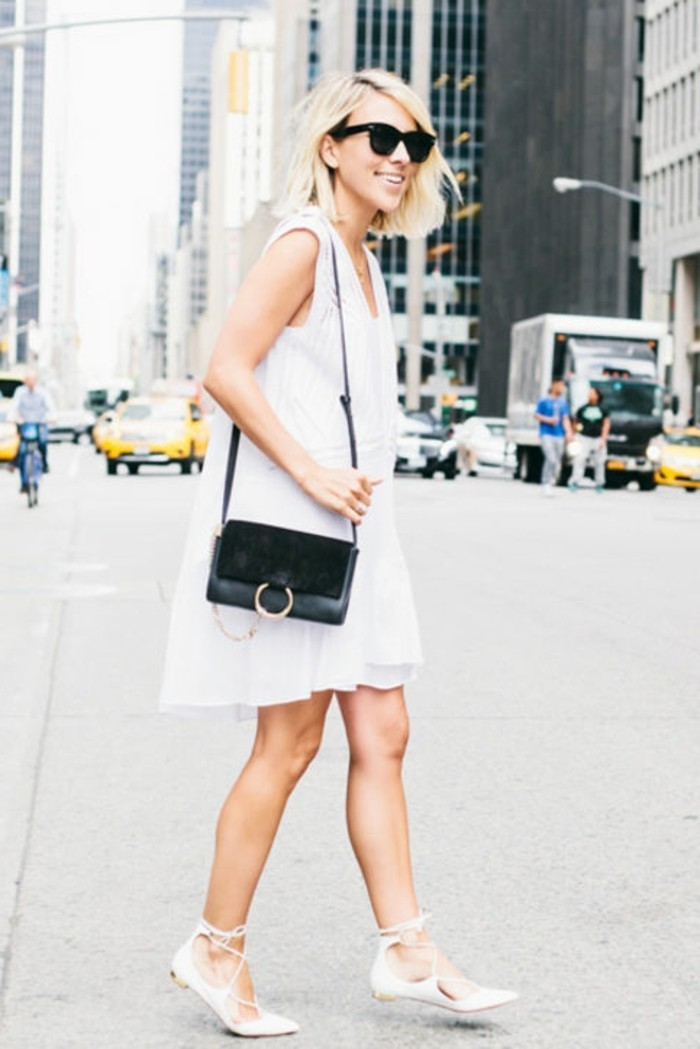 chic-tenue-chaussure-blanche-femme-belle-à-new-york