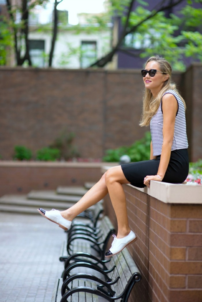 chic-tenue-chaussure-blanche-femme-belle-femme