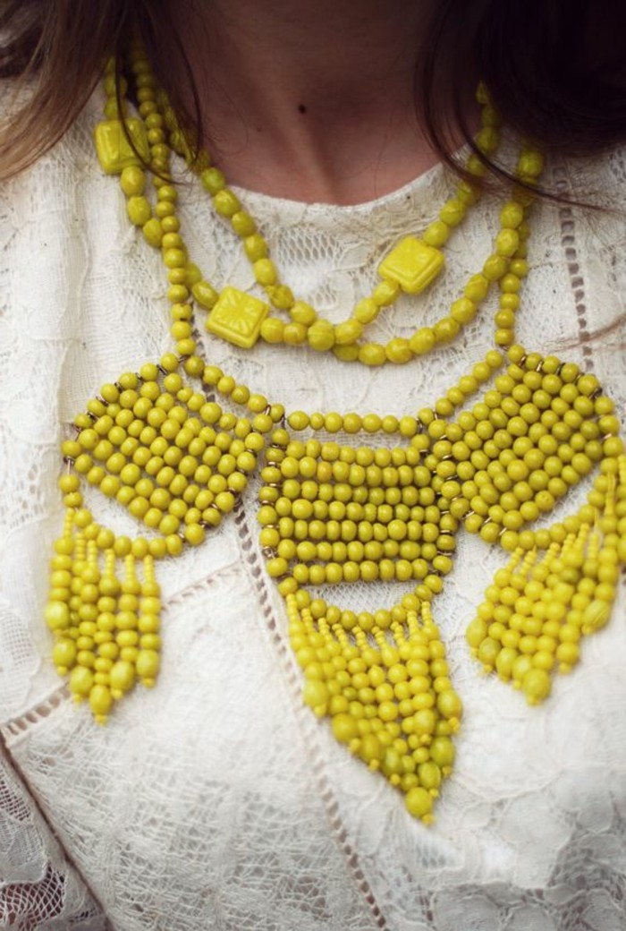 collier-gros-femme-de-couleur-jaune-robe-en-dentelle-blanche-bijoux-gas-pas-cher