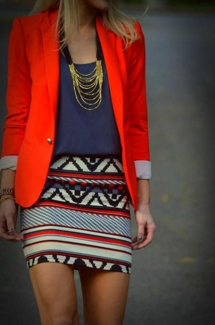 commen-porter-avec-style-le-gros-collier-fantaisie-femme-jupe-courte-coloré-veste-rouge