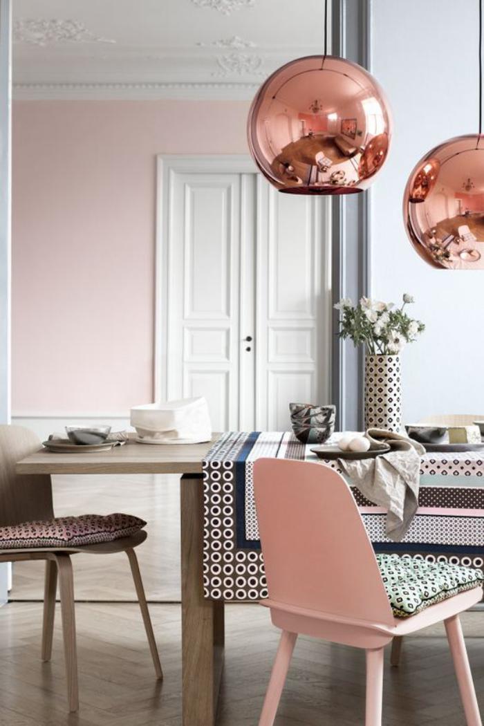 couleur-rose-poudré-belle-chaise-en-couleur-rose-lampe-cuivrée
