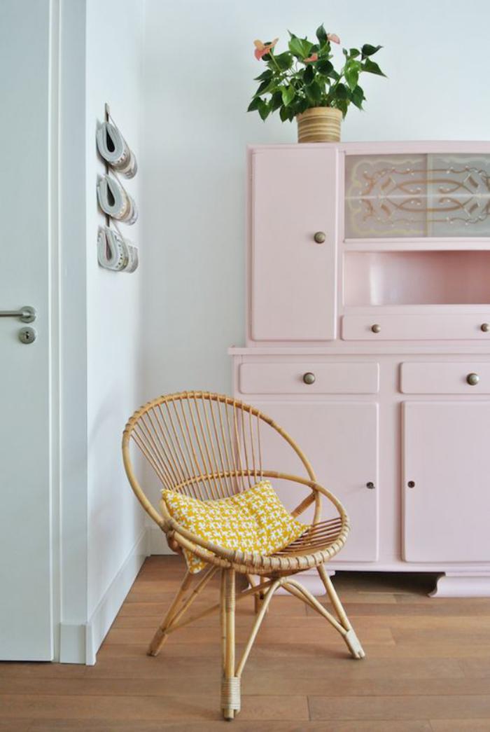 couleur-rose-poudré-buffet-peint-rose-pâle-chaise-originale