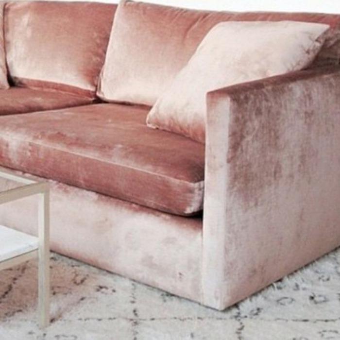 couleur-rose-poudré-canapé-en-peluche-rose