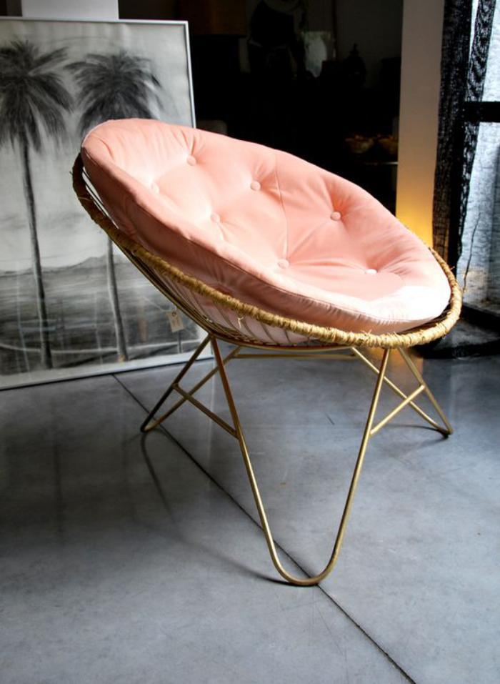 couleur-rose-poudré-chaise-loveuse-coussin-rose