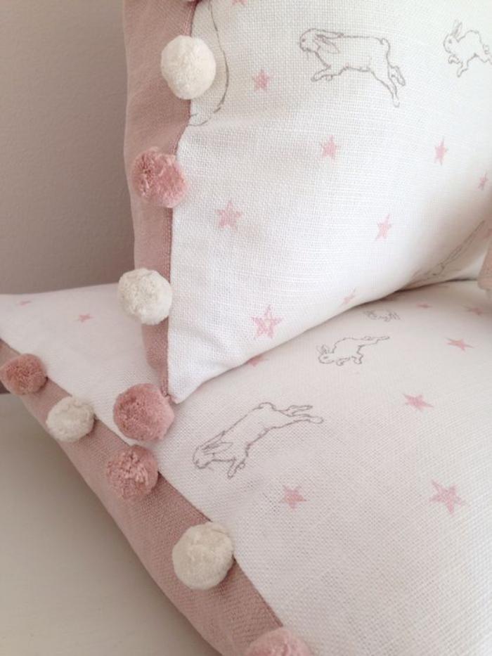 couleur-rose-poudré-coussins-en-blanc-et-rose-pastel