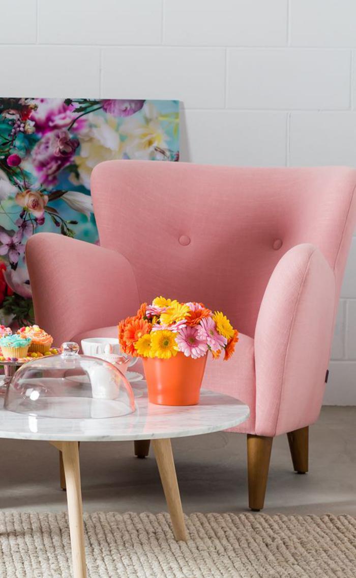 couleur-rose-poudré-fauteuil-confortable-table-basse-scandinave-peinture-couleurs-intenses