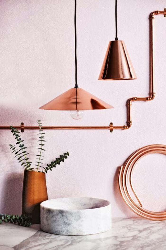 couleur-rose-poudré-lampes-cuivrées-peinture-murale-pastelle