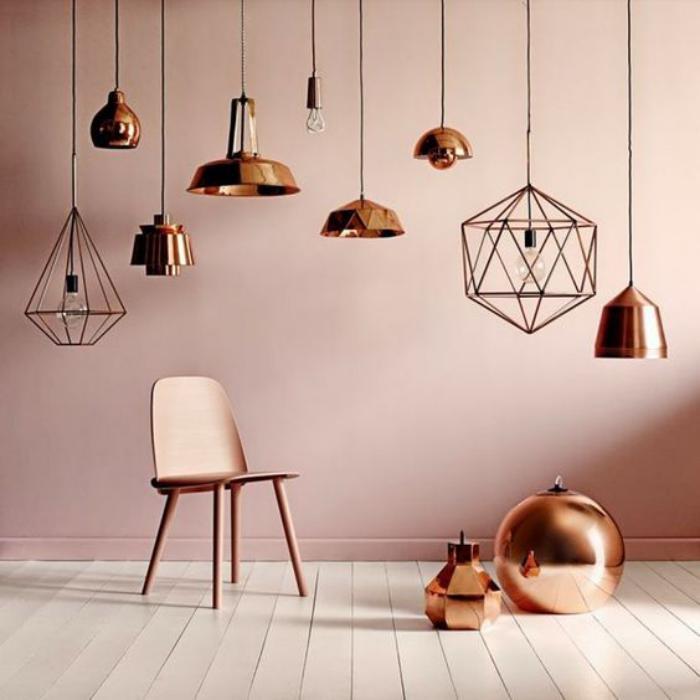 couleur-rose-poudré-lampes-suspendues-cuivrées