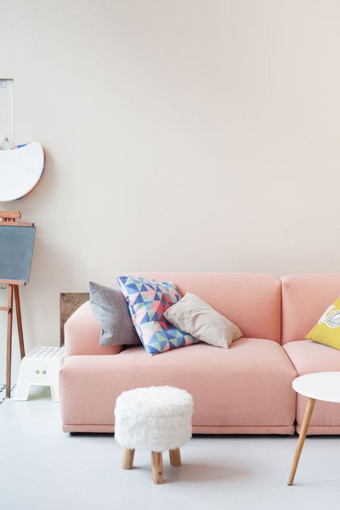 couleur-rose-poudré-petit-tabouret-tripode-et-sofa-rose