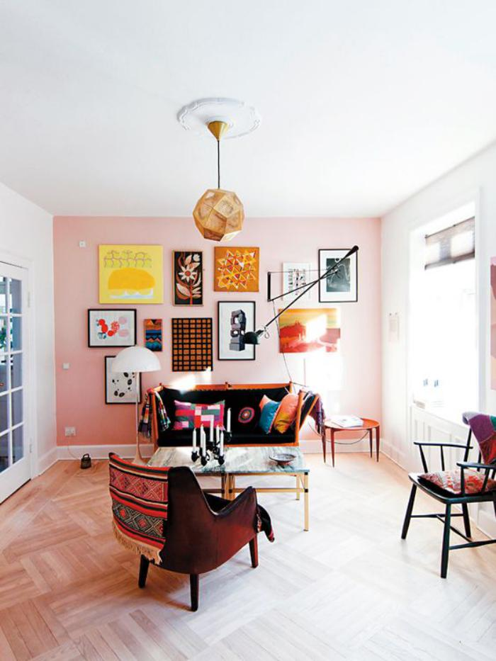 couleur-rose-poudré-plusieurs-tableaux-au-mur-rose