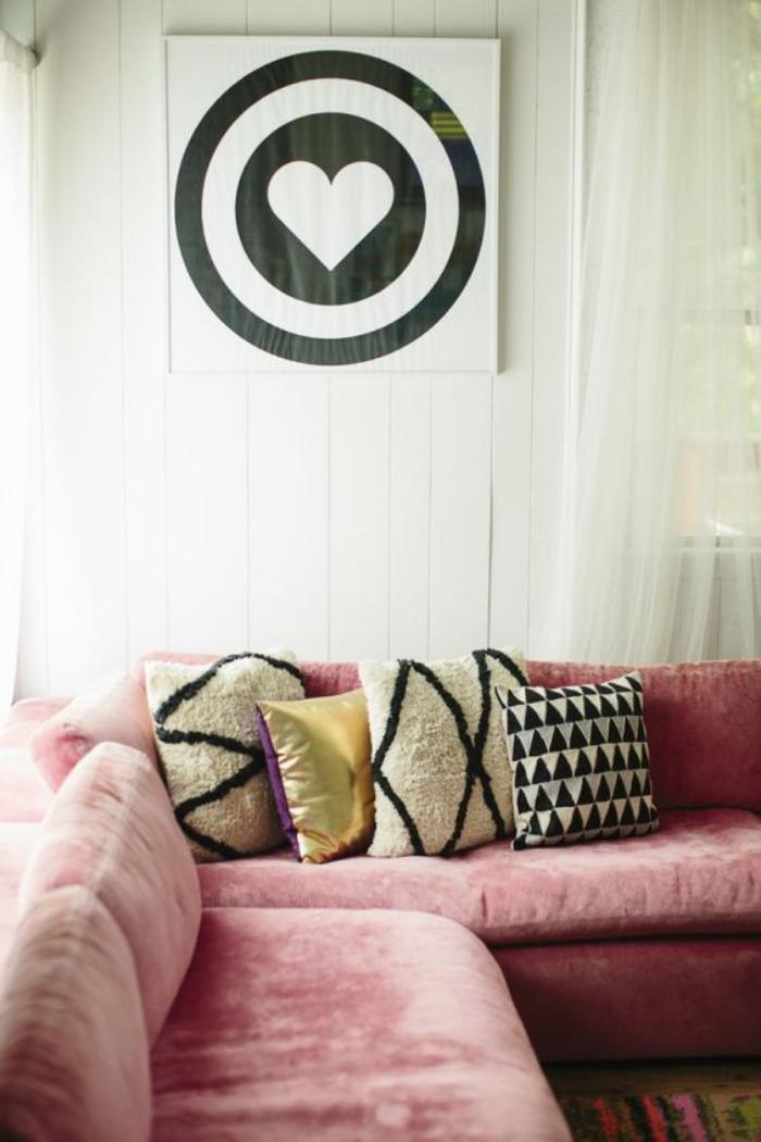couleur-rose-poudré-sofa-en-velours-rose-coussins-déco