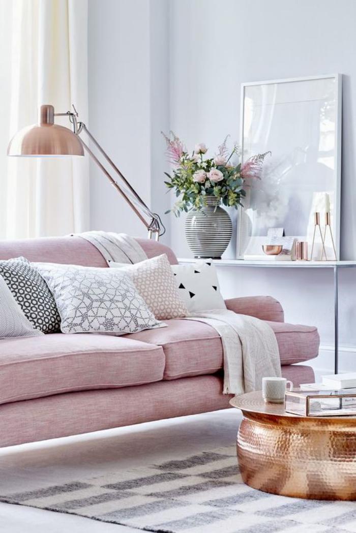 couleur-rose-poudré-sofa-rose-et-table-base-ethnique