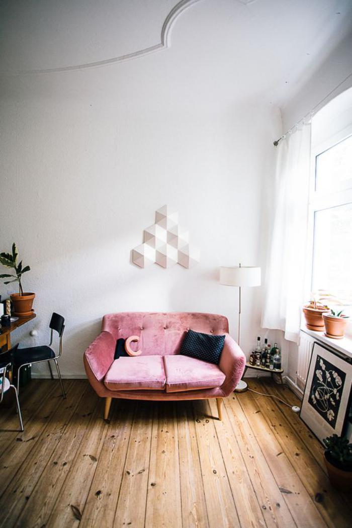 couleur-rose-poudré-sofa-rose-vintage-pièce-scandinave