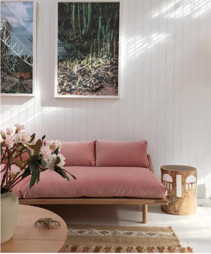 couleur-rose-poudré-sofa-vintage-en-bois-et-textile