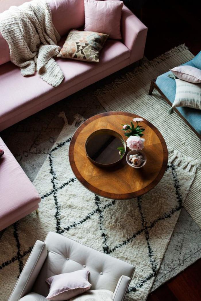 couleur-rose-poudré-table-basse-ronde-tapis-berbère