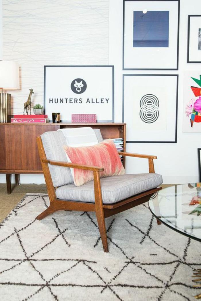 couleur-rose-poudré-tapis-marocain-et-grande-chaise-vintage