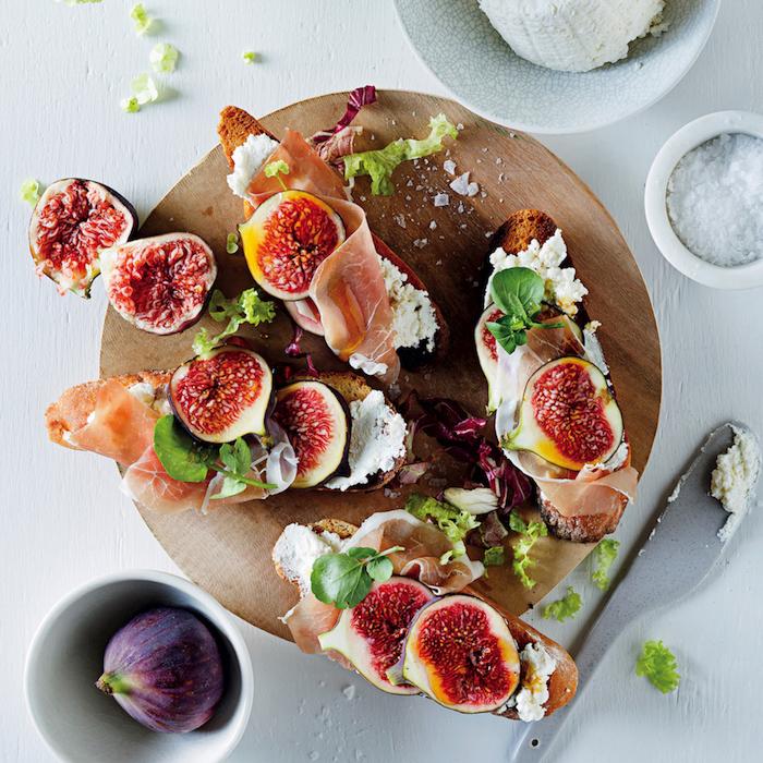 crostini, bruschetta au fromage à la crème prosciutto et figues, amuse bouche froid apéro diantoire facile