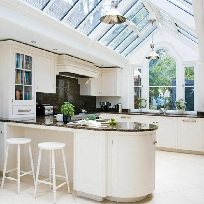 cuisine-avec-meubles-beiges-sol-en-carreaux-beiges-meubles-de-cuisine-en-bois
