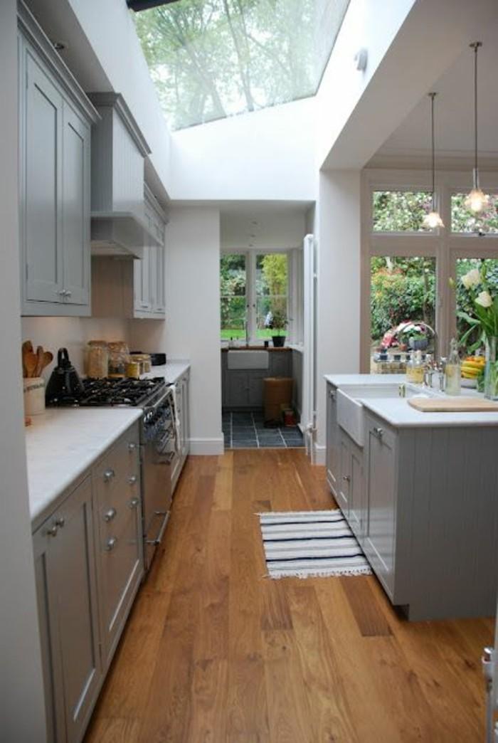 cuisine-avec-verrière-sur-le-toit-sol-en-bois-clair-meubles-dans-la-cuisine-moderne