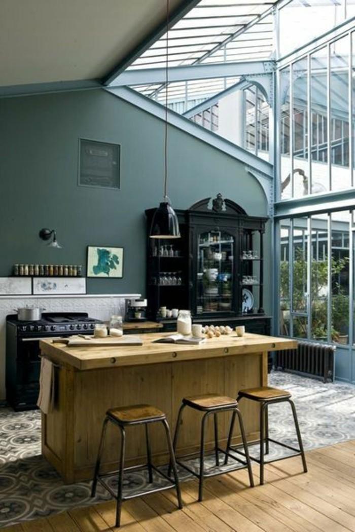 cuisine-industriel-verriere-d-interieur-pas-cher-sur-le-toit-murs-peints-en-vert-foncé