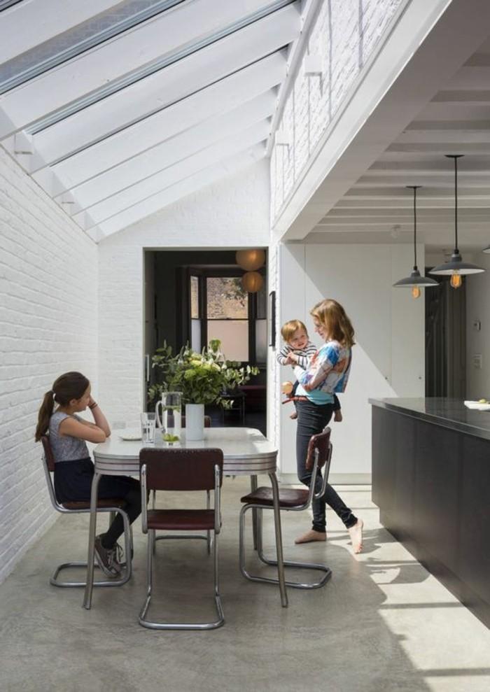 cuisine-sous-pente-blanche-sol-en-beton-ciré-plafnd-en-verre-verriere-pas-cher-sur-le-toit