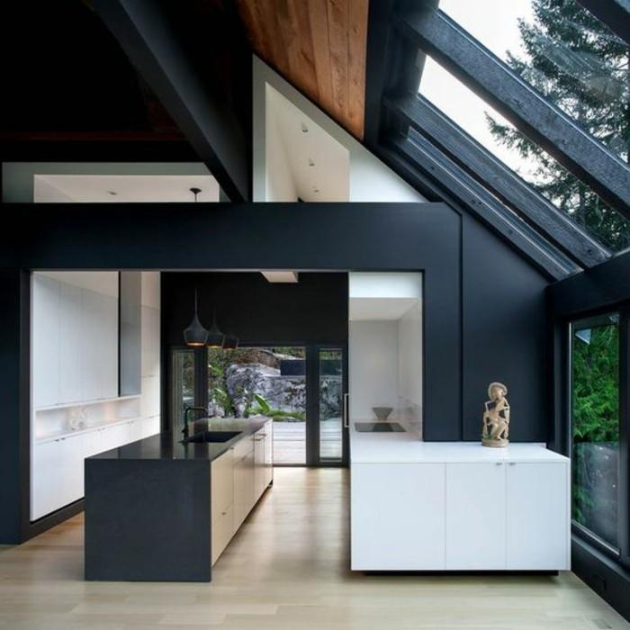 cuisine-sous-pente-sol-en-parquet-clair-meubles-de-cuisine-en-bois-verriere-interieur