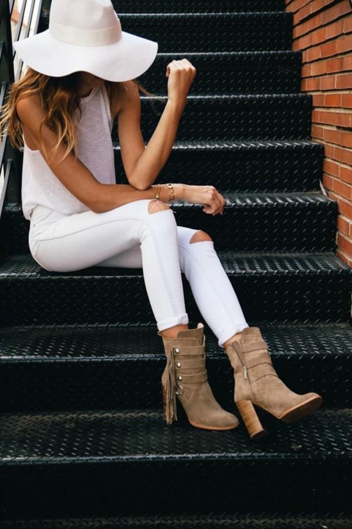 déchiré-jeans-femme-blanc-élégante-escalier-tenue-jean-skinny-blanc-femme-jolie