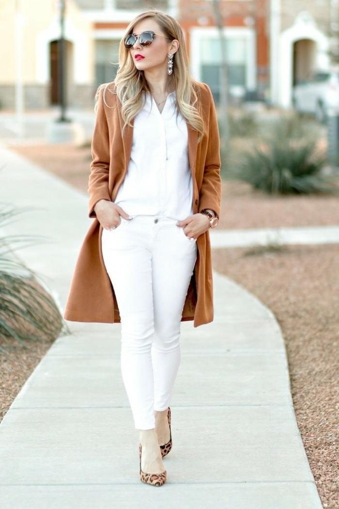 déchiré-jeans-femme-blanc-élégante-manteau-caramel