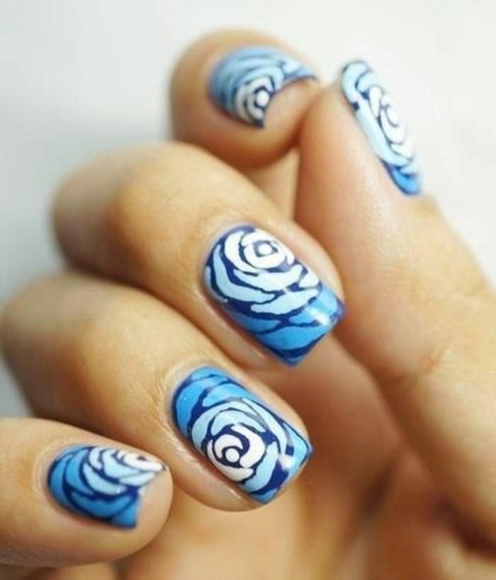 déco-ongles-en-blanc-et-bleu-modele-ongle-gel-tendances-de-la-mode-femme