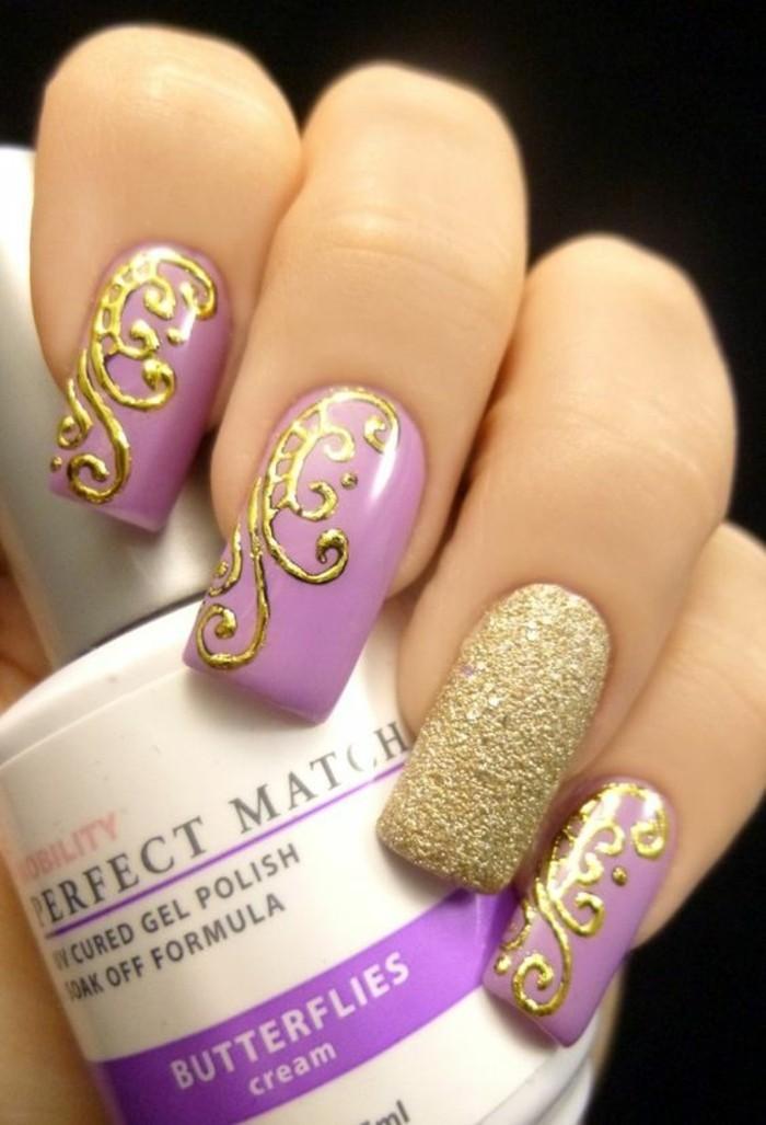déco-ongles-en-violet-pale-decoration-ongles-femme-en-or-et-violet