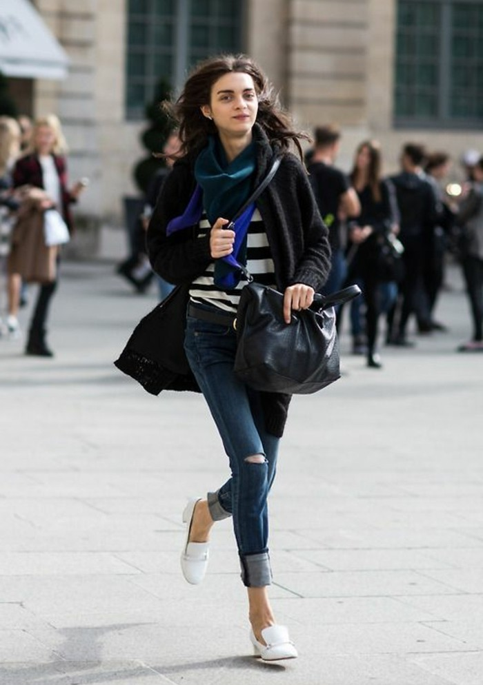 des-chaussures-blanches-femme-elegante-jean-et-sac-a-main