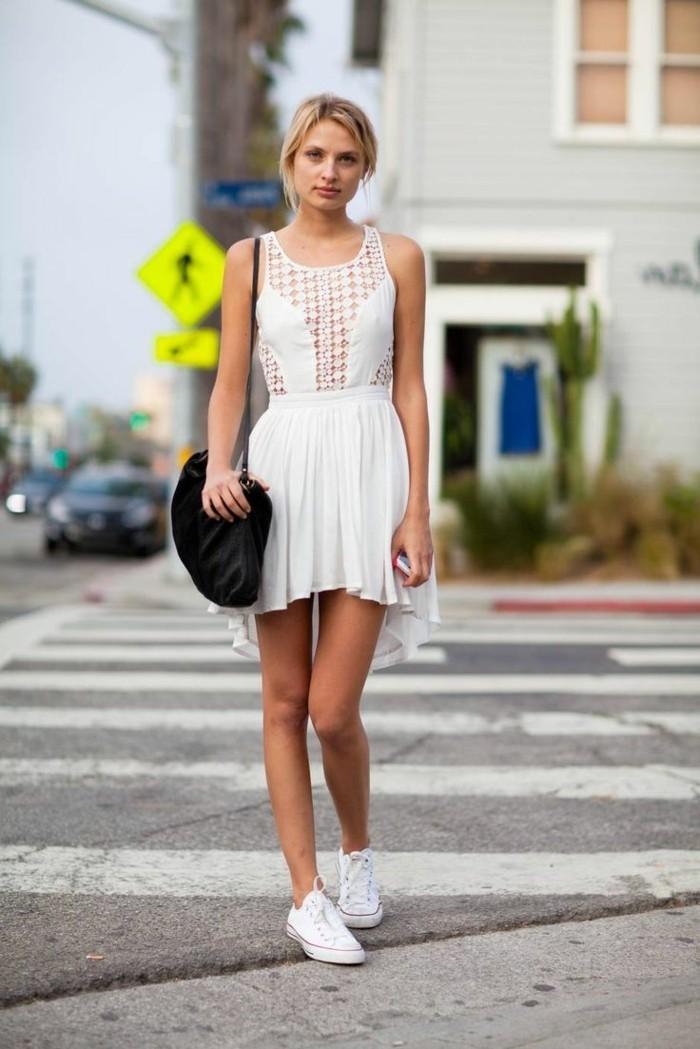 des-chaussures-blanches-femme-elegante-robe-d-été-et-converse