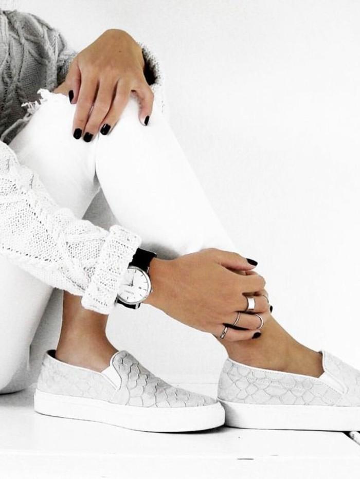 des-chaussures-blanches-femme-elegante-trop-cool
