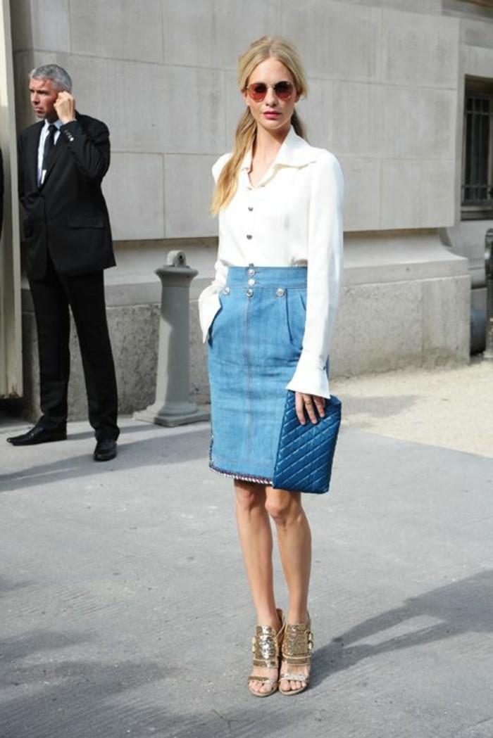 elegante-jupe-en-jean-femme-sandales-dorés-femme-chemise-blanche