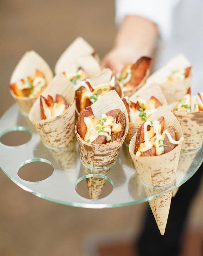 frites servies dans un cornet avec deux sauces, idée apero dinatoire pour 20 personnes original