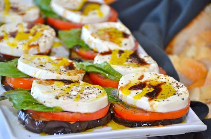sandwich de rondelles d aubergine avec des rondelles de tomate et formage chèvre et basilic, entree froide de fete