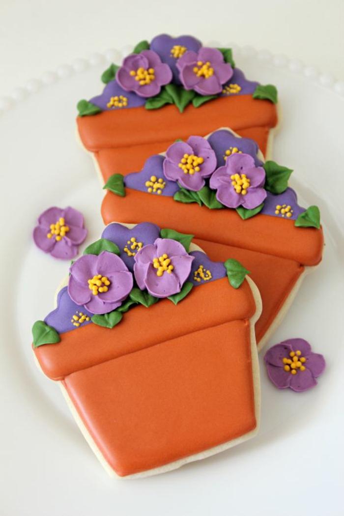 faire-des-biscuits-de-noel-biscuit-sablé-pot-avec-fleurs-idée-comment-faire-des-cookies-facile